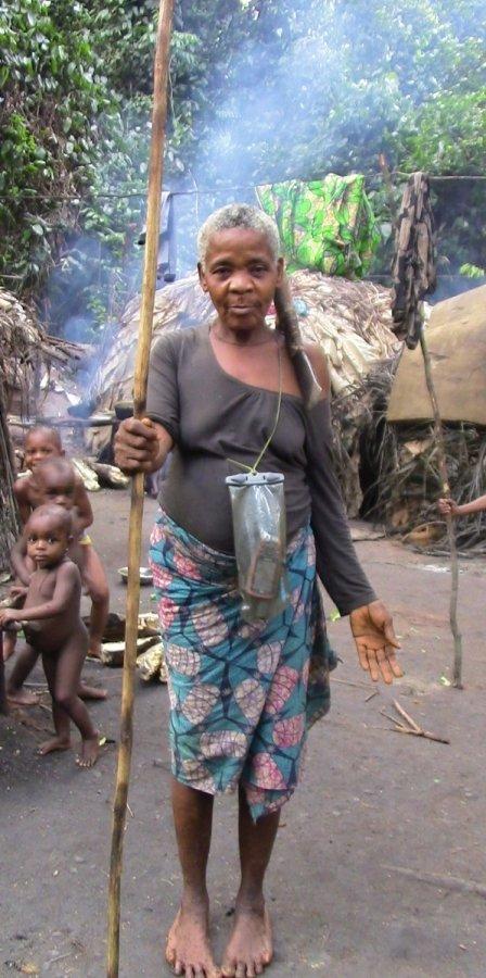 Mendjele BaYaka Frau auf dem Weg zum Jagen im tropischen Regenwald in der Republik Kongo. Hier im Bild ausgrüstet mit einem GPS Gerät.