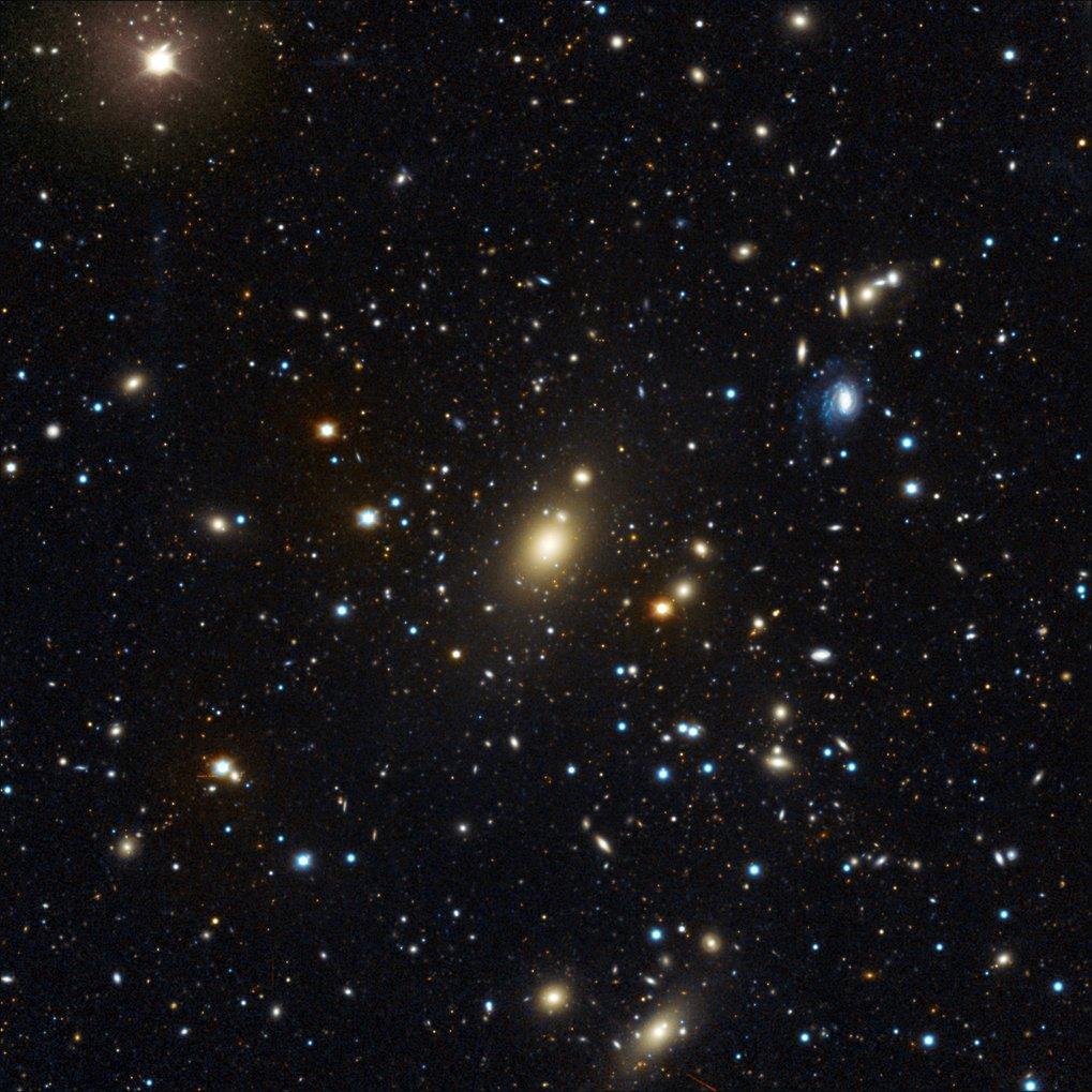 Rekord im Galaxienhaufen: Abell 85, aufgenommen am Wendelstein-Observatorium der Ludwig-Maximilians-Universität. Die zentrale, helle Galaxie Holm 15A