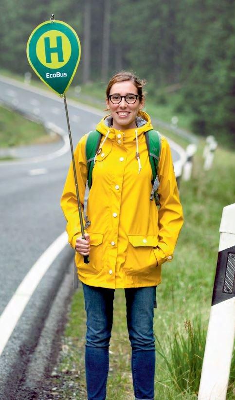 """""""Sie sind die Haltestelle!"""" Im Sinne dieses Slogans holt der EcoBus Fahrgäste dort ab, wo sie es möchten – auch irgendwo an der Landstraße."""