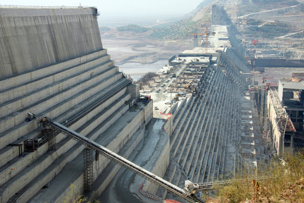 Der Grand Ethiopian Renaissance Dam (GERD) ist mit seiner knapp zwei Kilometer langen sowie 145 Meter hohen Haupt-Gewichtsstaumauer einer der größten