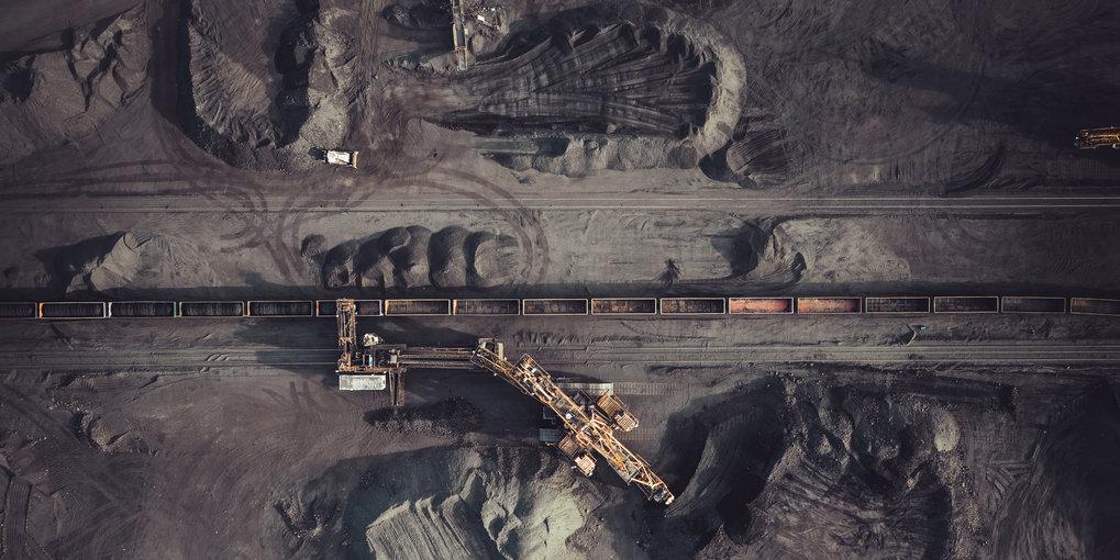 Schwarze Ödnis: Der Abbau von Kohle im Tagebau greift massiv in die Landschaft ein, Ortschaften müssen umgesiedelt werden, durch die Absenkung des Gru