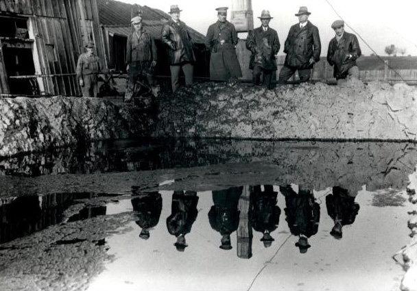 Erdölförderung anno 1932: Weil die Tanks der Förderanlage im niederösterreichischen Zistersdorf nicht für das ausströmende Öl reichten, leiteten die A
