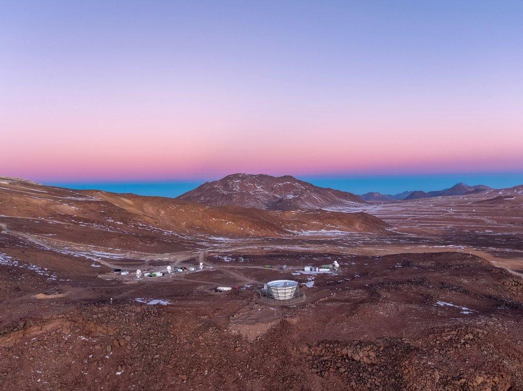 Blick zum Himmel: In der chilenischen Atacamawüste entsteht das Simons-Observatorium, an dem Anna Ijjas beteiligt ist. Die Teleskope könnten die Frage