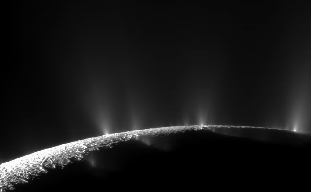 Kosmische Springbrunnen: Mit seinen eindrucksvollen Wasserfontänen ist der Saturnmond Enceladus der wahrscheinlich bekannteste Vertreter des Kryovulka