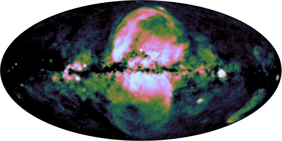 Blasen in der Galaxis: In dieser Falschfarbenkarte ist die ausgedehnte Emission der eROSITA-Blasen bei Energien von 0,6-1,0 keV hervorgehoben. Der Bei