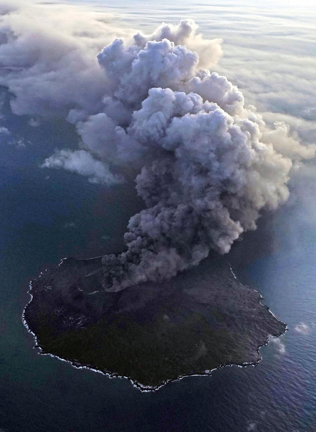 Blaupause fürs Climate-Engineering: Aktive Vulkane wie der Nishinoshima, 1000 Kilometer südlich von Tokyo, setzen große Mengen Schwefeldioxid frei. Au