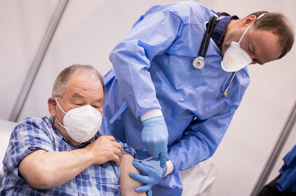 Ein Pieks, der Hoffnung gibt: Je mehr Menschen geimpft werden, desto mehr können die Kontaktbeschränkungen gelockert werden. Weitgehende Lockerungen s