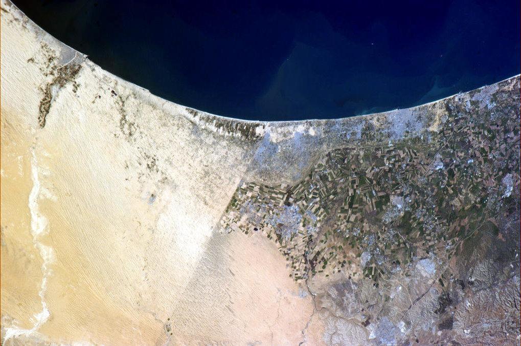 Grenzregion zwischen Ägypten (links) sowie Gaza und Israel (rechts). Der Unterschied in den Schattierungen des Geländes in den nicht bebauten Gebieten