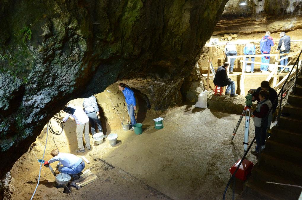 Nische in Sektor 1 (links) und der Hauptsektor (rechts) der Bacho-Kiro-Höhle in Bulgarien während der Ausgrabungen 2016. Der zementierte Bereich im Vo