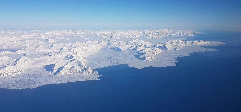 Im Sommer geht die Sonne auf Spitzbergen nie unter, im Winter schafft sie es nicht über den Horizont. Die Bakteriengemeinschaft auf dem Sandboden des