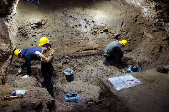 Bei aktuellen Ausgrabungsarbeiten in der Bacho-Kiro-Höhle in der Saison 2021 stießen die Forschenden auf neue Artefakte, die eine Besiedlung der Höhle