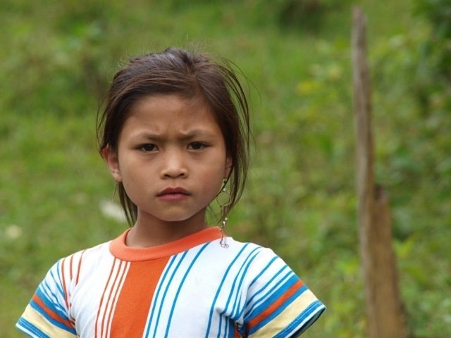 Rund 250 Menschen sprechen Kri. Sie leben in kleinen Dörfern in Laos an der Grenze zu Vietnam. Kri besitzt 18 lange Vokale und unterscheidet sich auch