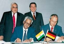 Chancellor Gerhard Schröder and Kapil Sibal, the Indian Minister for Science and Technology, supervise Peter Gruss, President of the Max Planck Society and V.S. Ramamurthy, Secretary of the Indian Department of Science and Technology as they sign a Memorandum of Understanding on their future cooperation