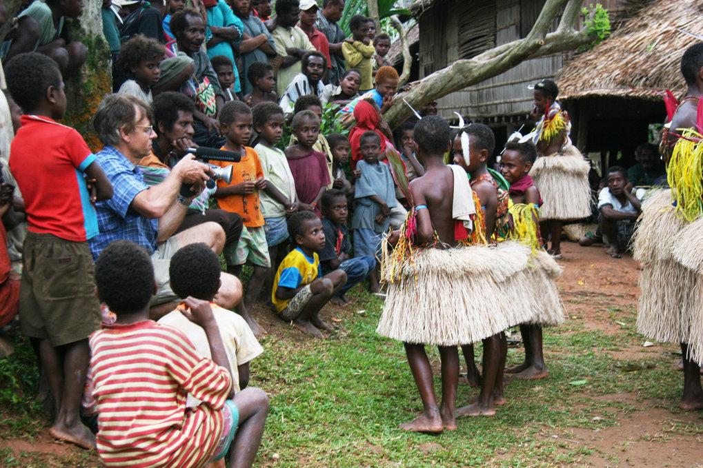 <i>Filmaufnahmen wie hier beim Gesangsfestival auf Rossel Island (Papua Neuguinea) bilden für die Forscher eine wichtige Arbeitsgrundlage. </i>
