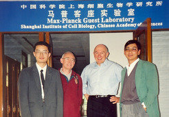 Junior Group Leader Hu Gengxi (left), Professor Wolfgang Hennig (next to him), Professor Uli Schwarz and Professor Gan Rongxing