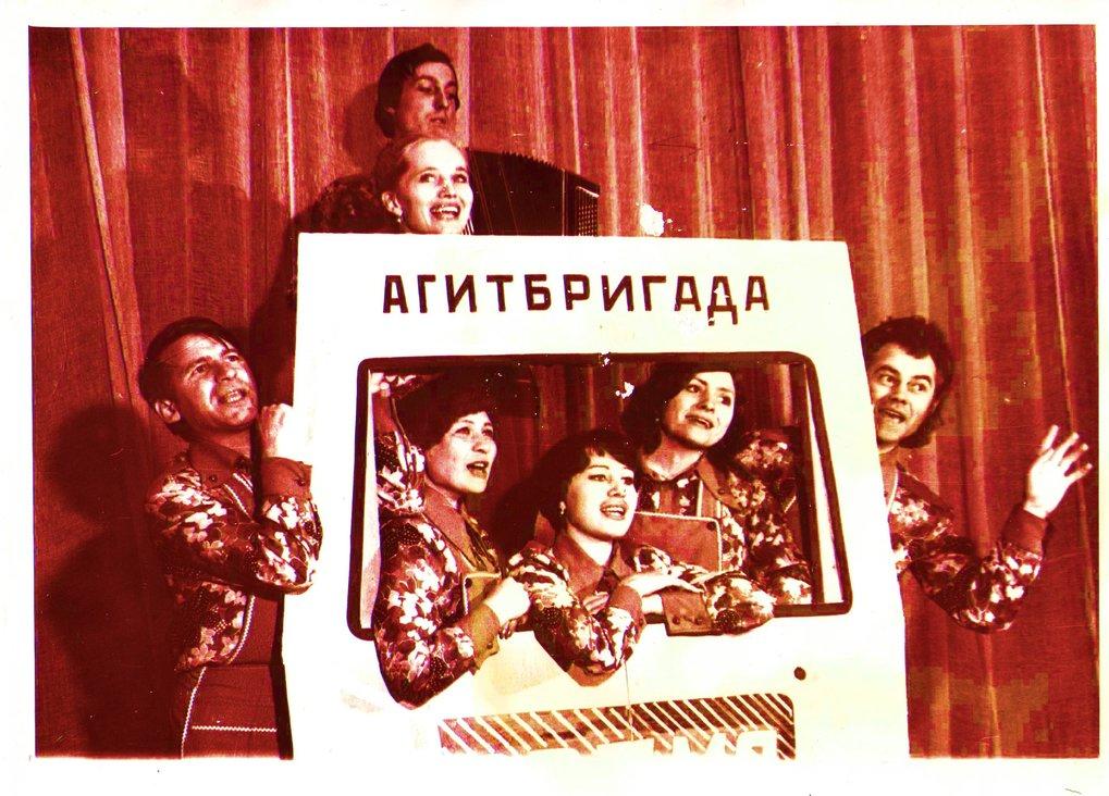 Agitationsbrigaden (Agitbrigady) waren kleinere Gruppen von Kulturarbeitern, die zu Sowjetzeiten durch die Dörfer des jeweiligen Landkreises tourten.