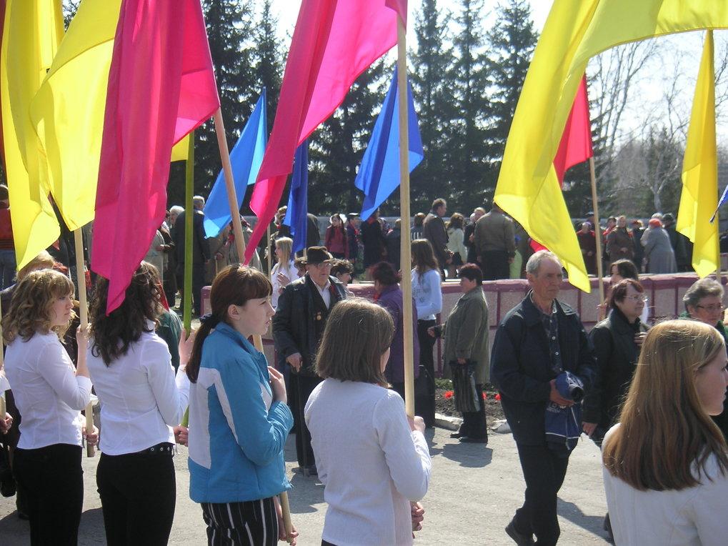 Jugendliche bilden ein Fahnenspalier während der vom örtlichen Kulturhaus organisierten Feierlichkeiten zum Gedenken an den 9. Mai 1945.