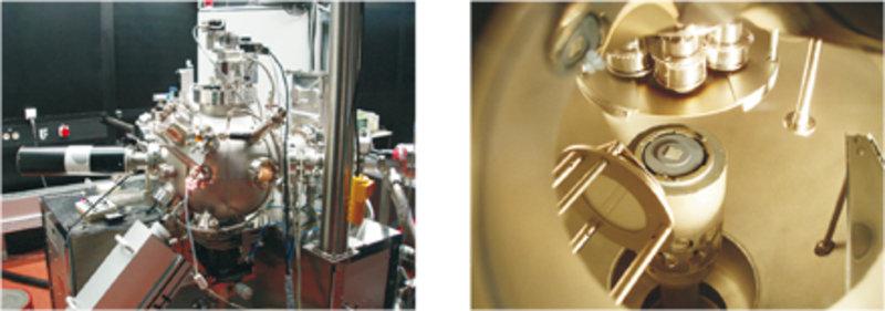 Links: Wachstumskammer eines modernen PLD-Systems mit eingebauter Elektronenquelle für Elektronenbeugung. Rechts: Innerer Teil der Wachstumskammer mit