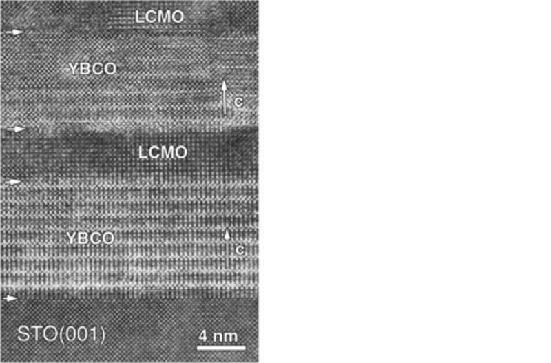 Atomar aufgelöstes TEM-Bild eines Übergitters aus jeweils 10 nm dicken Lagen von hochtemperatur-supraleitendem YBa2Cu3O7 (YBCO) und ferromagnetischem