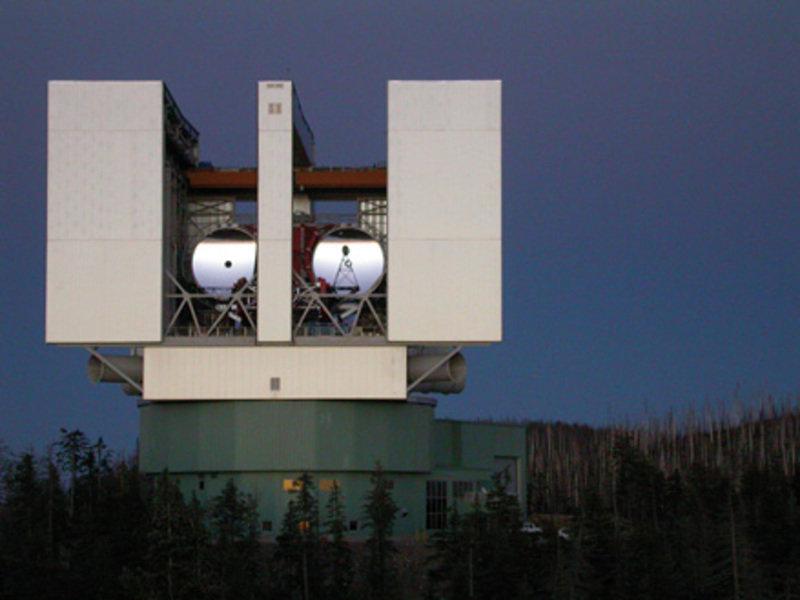 Das LBT mit beiden Hauptspiegeln. Die ersten Beobachtungen wurden mit dem rechten Spiegel gemacht.