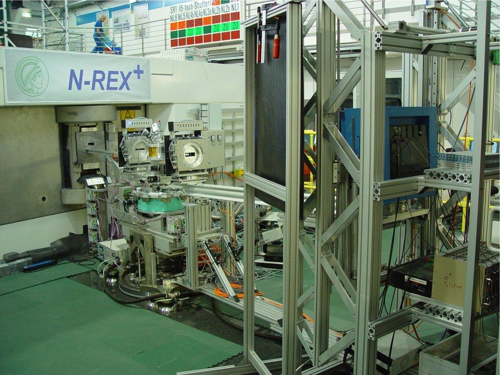 Das Neutronen-Röntgen-Kontrast-Reflektometer <i>N-REX<sup>+</sup></i>. Der Neutronenstrahl wird in der Monochromator-Abschirmburg links im Bild monoch