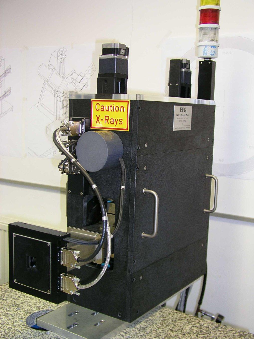 Diese kompakte Röntgen-Einheit enthält eine Cu-Röntgenröhre und röntgenoptische Komponenten. Sie kann optional an den Probentisch montiert werden.