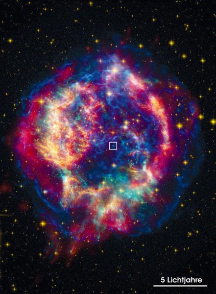 Falschfarbenbild des Supernova-Überrestes Cassiopeia A, aufgenommen mit dem Röntgensatelliten CHANDRA im Röntgenbereich (blau und grün), dem Weltraumt