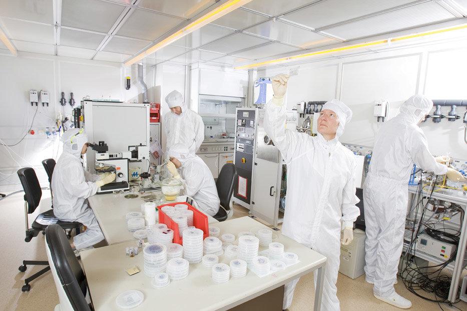 Nur in der staubfreien Atmosphäre eines Reinraums kann das Team von Hagen Klauk aussagekräftige Experimente mit organischen Halbleitern machen. Ute Zs
