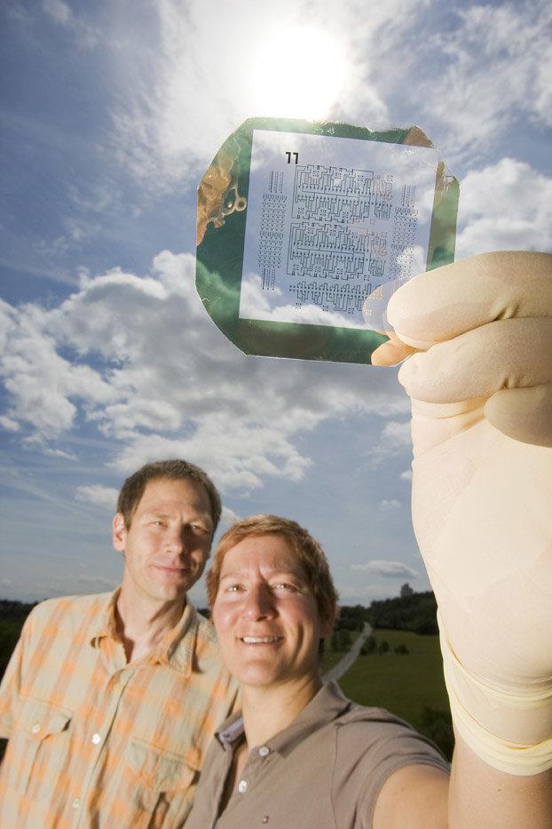 Ute Zschieschang und Hagen Klauk haben organische Halbleiter und ihre Verarbeitung so weiter entwickelt, dass sie daraus heute leistungsfähige elektro