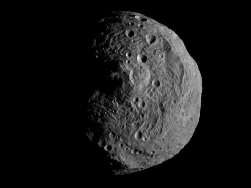 Dieses Bild des Asteroiden Vesta wurde am 15. Juli aufgenommen, kurz  nachdem die Raumsonde Dawn in den Orbit des Asteroiden eingeschwenkt  war.