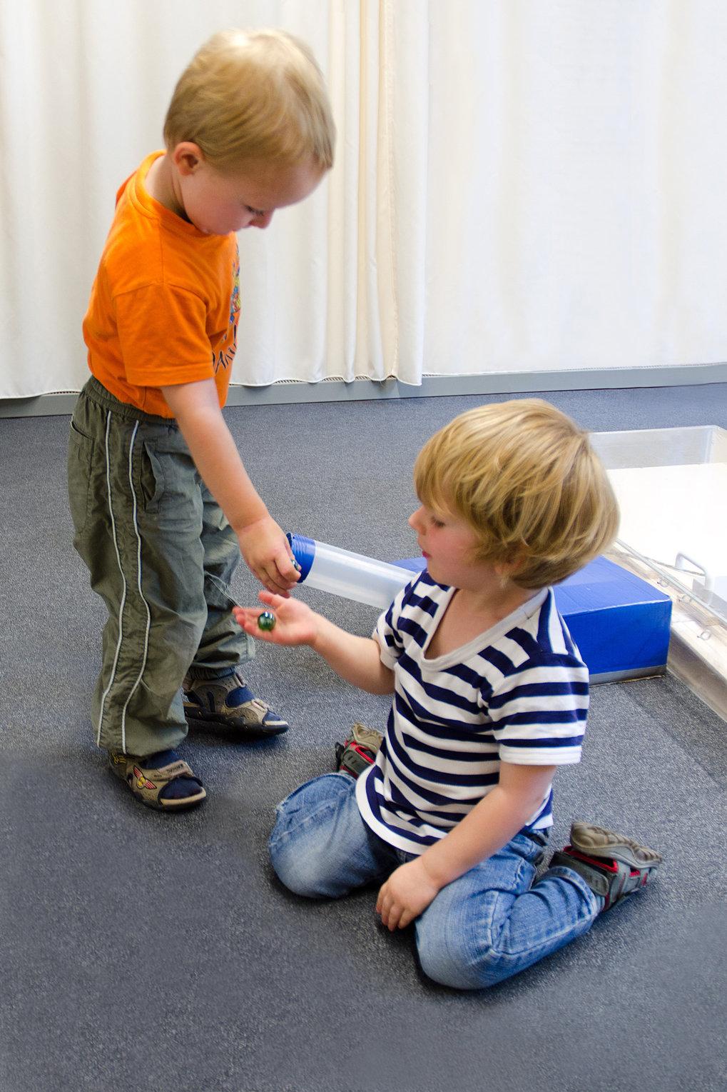 Bereits Dreijährige geben einem anderen Kind Spielzeug ab, wenn beide es sich zusammen verdient haben.