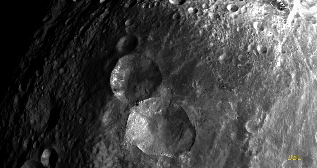"""Als Snowman (""""Schneemann"""") bezeichnen die Wissenschaftler inoffiziell diese Gruppe aus drei Kratern. Sie befinden sich auf der Nordhalbkugel des Aster"""
