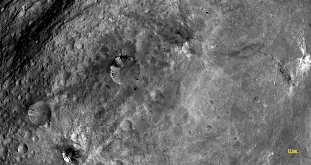 Eine Kraterlandschaft in der südlichen Äquatorialebene Vestas zeigt  diese Aufnahme der Raumsonde Dawn, gewonnen am 24. Juli 2011 aus einer  Entfernun