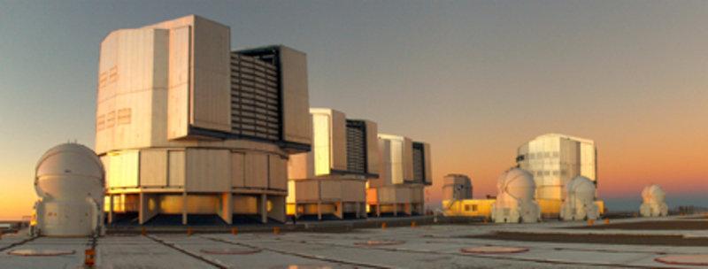 Das VLT-Interferometer am Paranal-Observatorium der ESO besteht aus 4 großen 8,2 m-Teleskopen und 4 kleineren 1,8 m-Teleskopen. Die großen und die kle