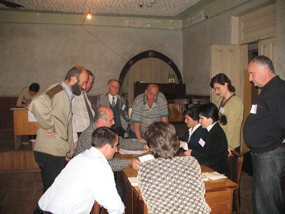 In Tkibuli werden die Stimmen gezählt (2006).