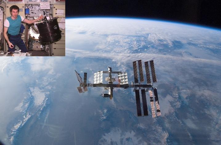 <strong>Abb. 1:</strong> Internationale Raumstation ISS in 2008 mit dem angedockten europäischen Columbus-Modul (Quelle: NASA). Kleines Bild: Kosmonau
