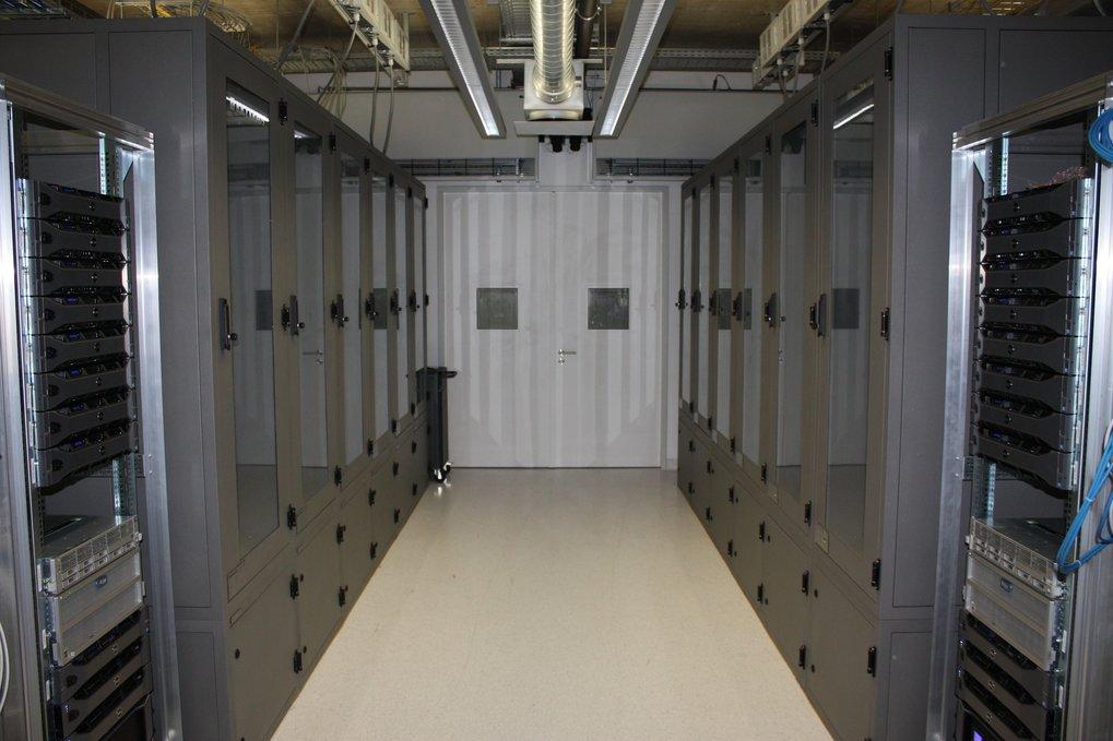 <strong>Abb. 1:</strong> Wassergekühlte Rechnerschränke mit einer Kühlleistung von jeweils bis zu 24 kW.