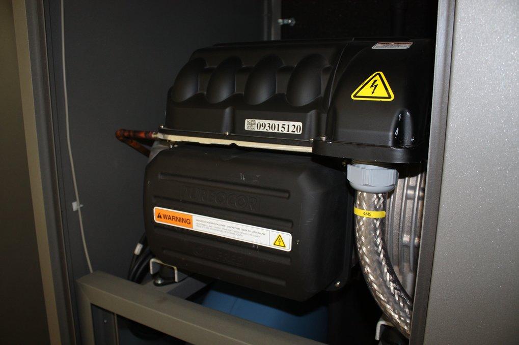 <strong>Abb. 2: </strong>Einer der beiden Turboverdichter mit einer Kälteleistung von 300 kW. Das Herzstück der Kälteanlage ist nur 100 kg schwer und