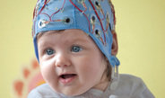Bereits im Alter von drei Monaten entdecken und speichern Säuglinge ganz automatisch komplexe Regeln gesprochener Sprache. Das ist das Ergebnis e