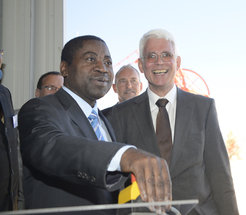 Getting things going with the press of a button: Abraham Iyambo, Minister of Education for the Republic of Namibia, sets the H.E.S.S II Telescope in motion – to the great pleasure of Werner Hofmann, spokesperson of the H.E.S.S Collaboration.