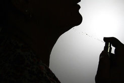 Forscher gehen davon aus, dass die Wahrnehmung nicht nur von Körpergerüchen, sondern auch von Parfüms bei der sexuellen Kommunikation eine Rolle spiel