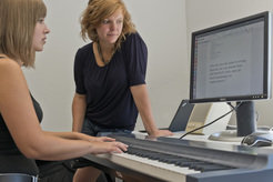 Anna Feit (right) and her colleagues have deposited the keys of a piano with letters, so that even amateur pianists can write on the instrument as well as experienced typists on an ordinary keyboard.