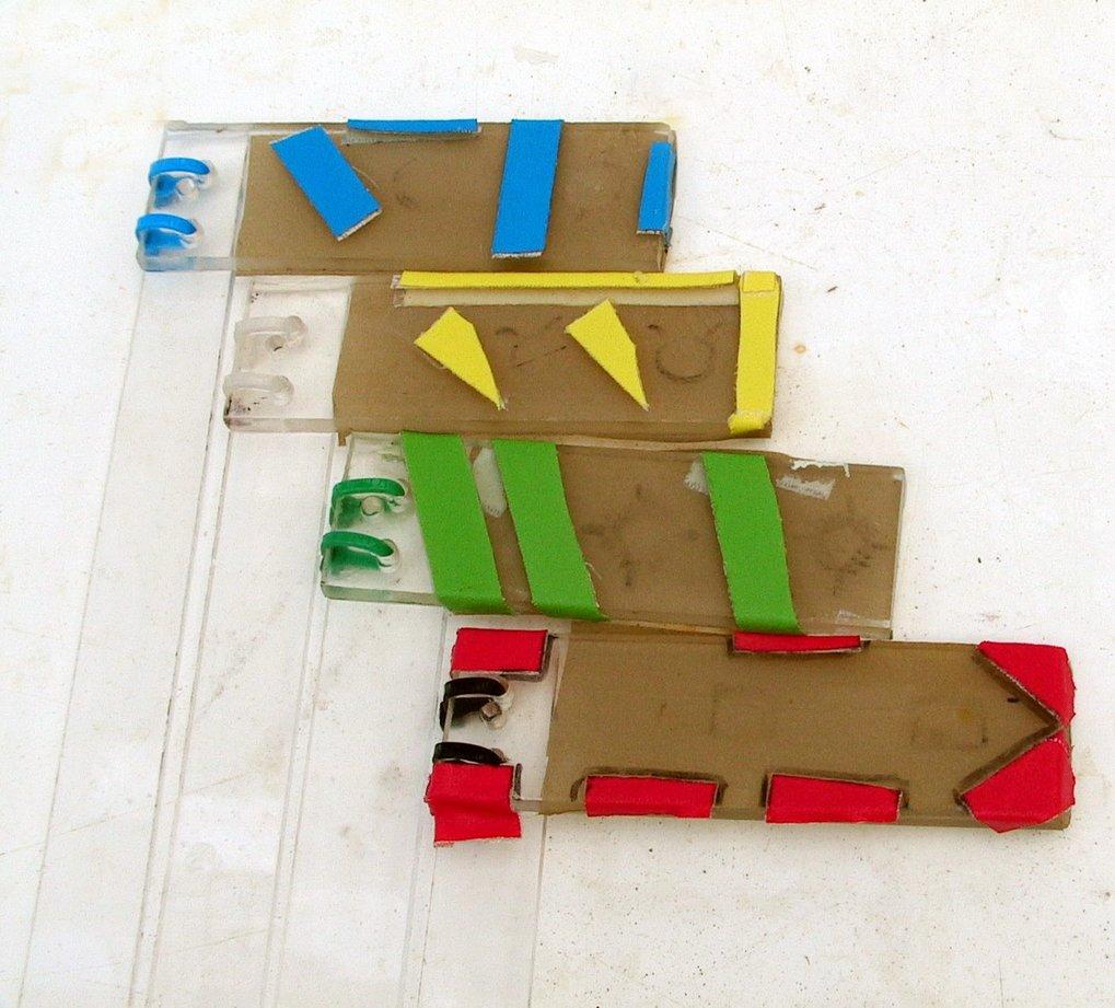 Plexiglasplatten mit unterschiedlicher Färbung und Musterung ersetzen verschiedene Fisch-Kunden.