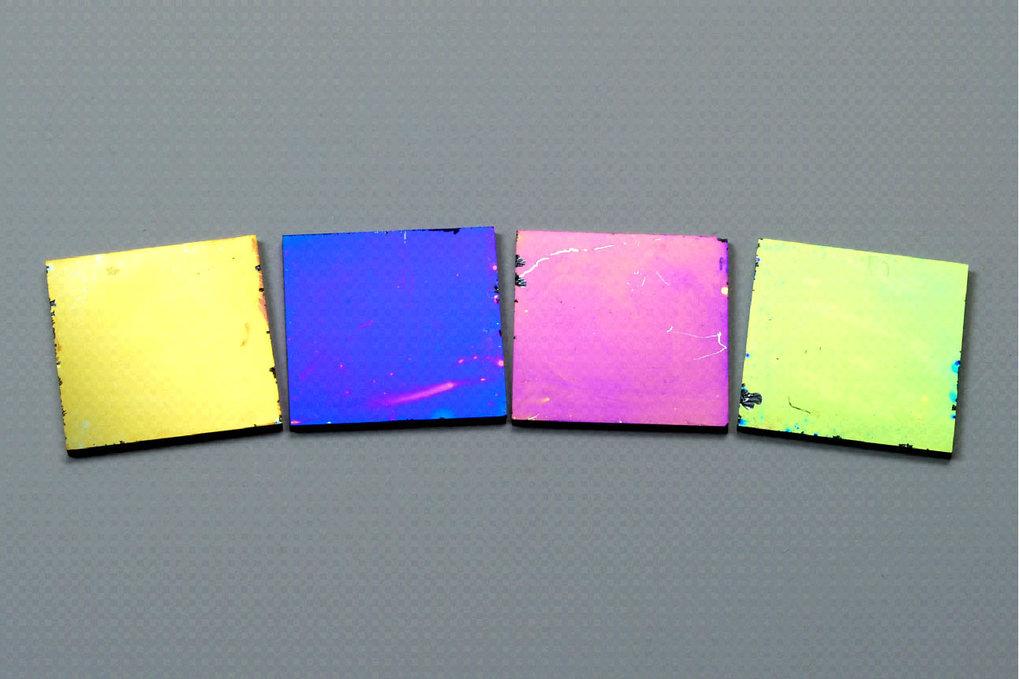 Titandioxid-Schichten auf Siliciumsubstraten. Die verschiedenen Interferenzfarben gehen auf unterschiedliche Schichtdicken zurück, die im Bereich von