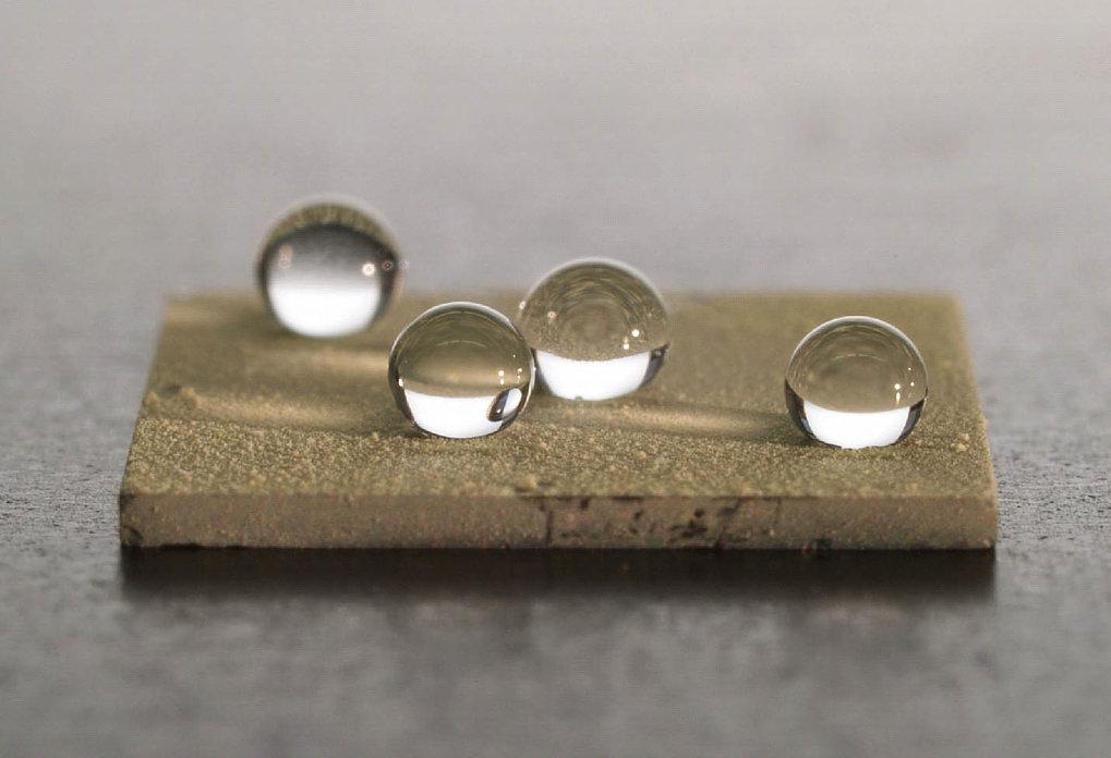 Bioinspirierte neue Materialien mit Wasser abweisender Oberfläche. Die Oberfläche wurde durch das Aufbringen der in Abbildung 11 (links) gezeigten Sch