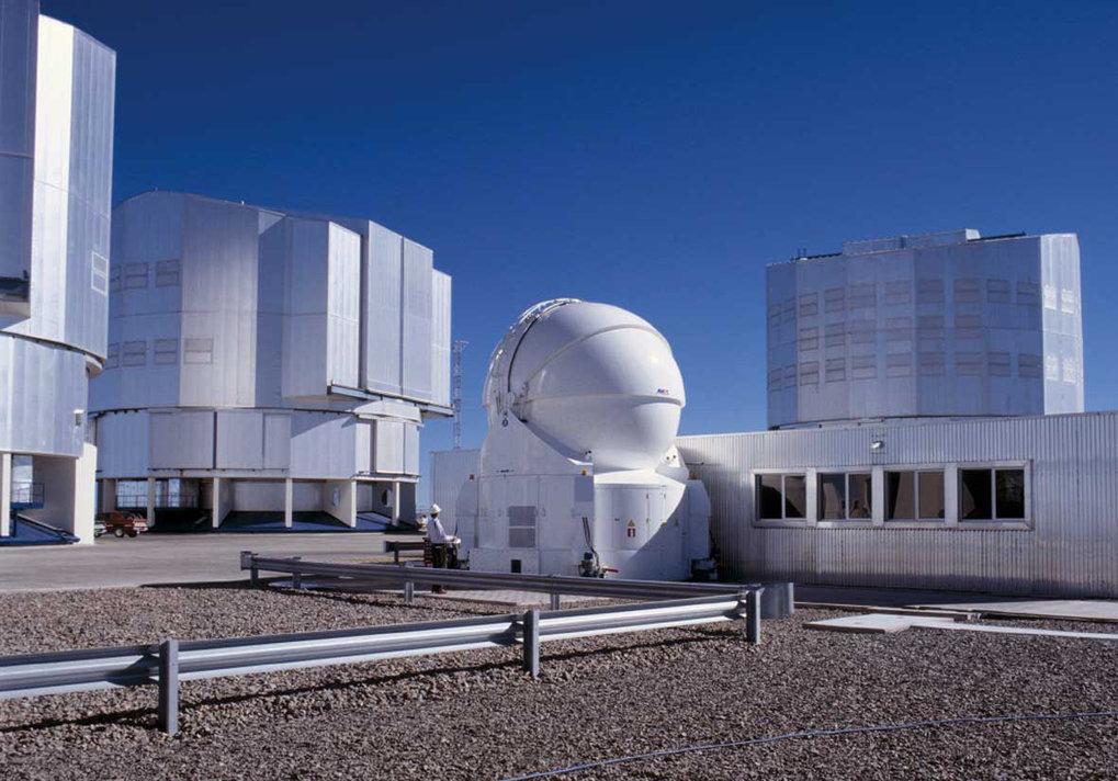 Das VLT (Very Large Telescope) auf dem Cerro Paranal. Hinten drei der vier 8-m-Teleskope, im Vordergrund das erste der zusätzlichen 1.8-m-Teleskope, d