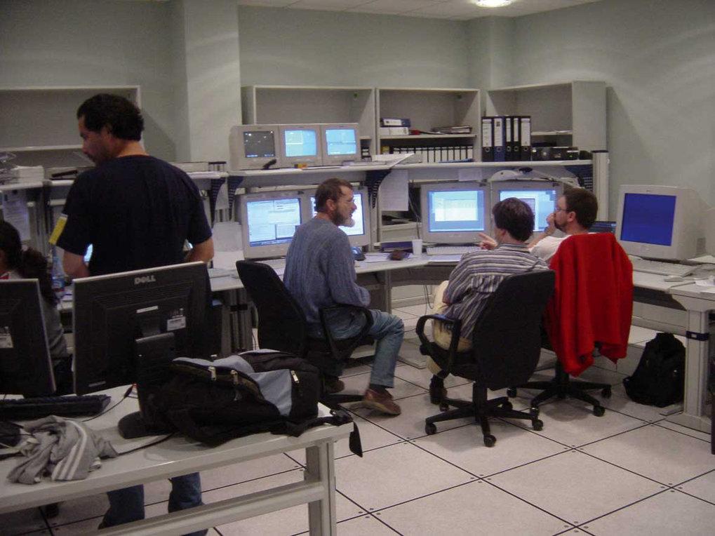 Kleine Diskussionspause für Christoph Leinert, Thomas Henning und Rainer Köhler (sitzend v.l.n.r.), während die Teleskopoperateure Lorena Faundez und