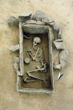 Burial of a young woman inside a carefully built stone cist (Rothenschirmbach, Saxony-Anhalt, Germany).