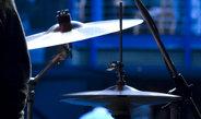 Im Spiel eines Schlagzeugers treten beim Rhythmus und bei der Variation der Lautstärke selbstähnliche Muster auf