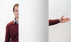 Zwei Teile, ein Mensch: Andreas Geiger führt selbst vor, welche Szenen Computer nicht auf Anhieb verstehen. Sie wissen nämlich nicht, dass a